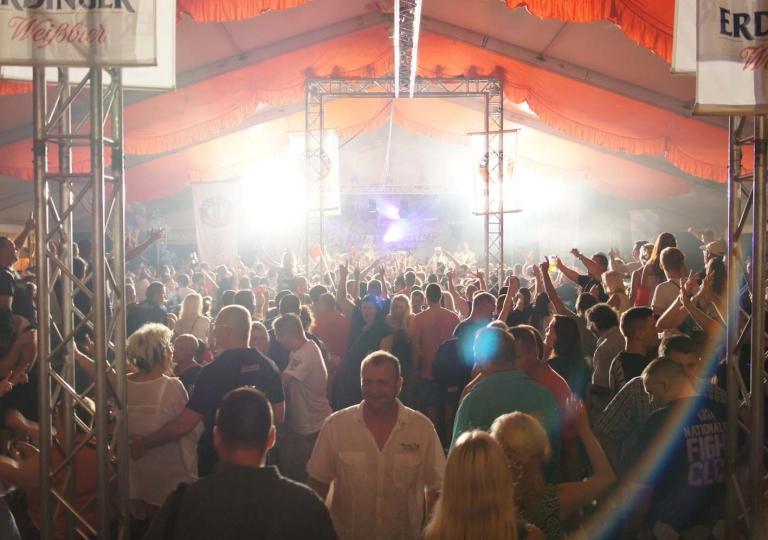 Bierzelt auf dem Laternenfest Halle